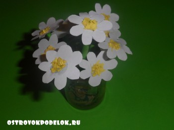 Весенняя клумба с цветами