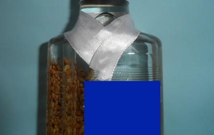 Декор бутылки лентами.