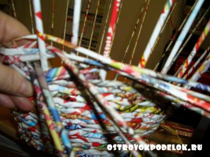 Мастер-класс по пошаговому плетению круглой корзины из газетных трубочек.