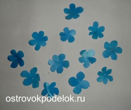 Вазочка с цветами из пластика