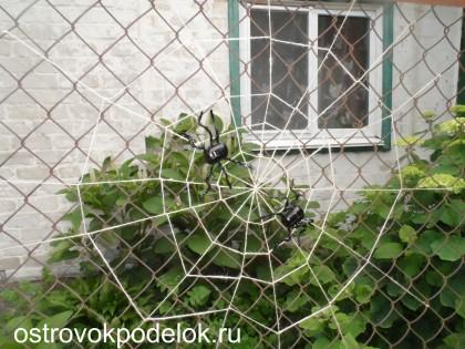 Пауки и паутина ( поделка из киндера и шпагата)
