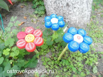 Цветы из пробок от пластмассовых бутылок.